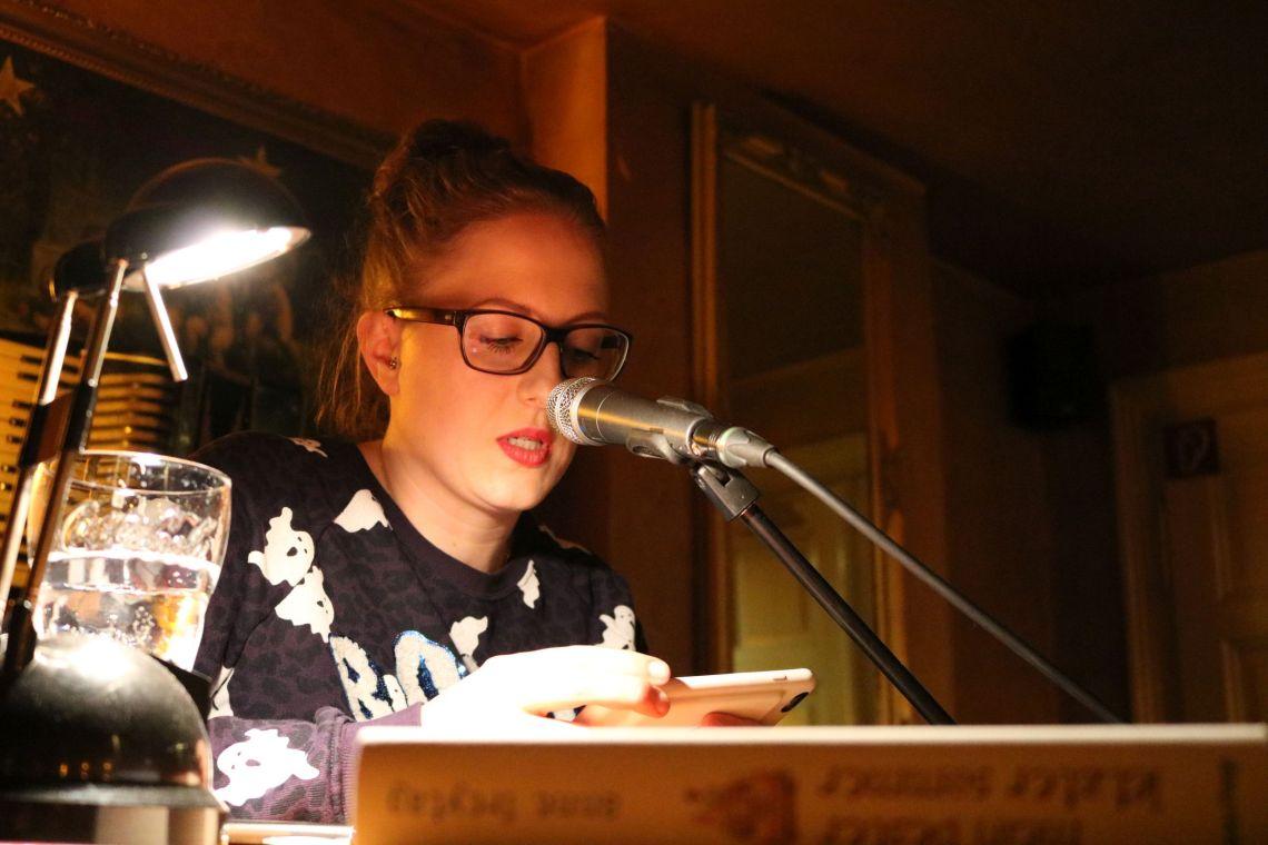 """Anne Freytag stellt ihr neues Buch """"Ein Mund voll ungesagter Dinge"""" vor"""
