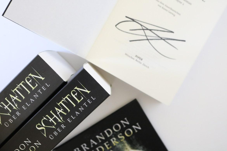 """Gewinne signierte Exemplare von """"Schatten über Elantel"""" von Brandon Sanderson"""