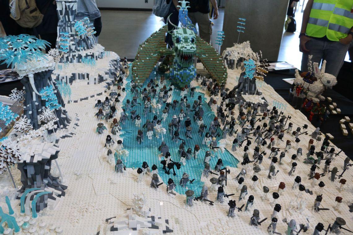 Game of Thrones Schlüsselszene aus Staffel 7, nachgebaut in der Lego Modellausstellugn auf der Comic Con 2018