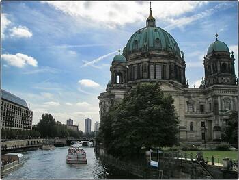 В Берлине открываются некоторые магазины