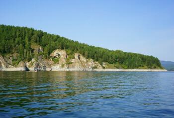 В Красноярском крае шторм повалил деревья на палатки туристов
