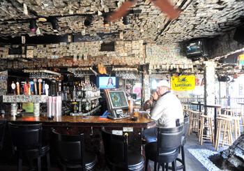 В США закрывают бары из-за новой вспышки коронавируса