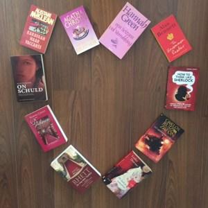 Boeken in een hartvorm gelegd