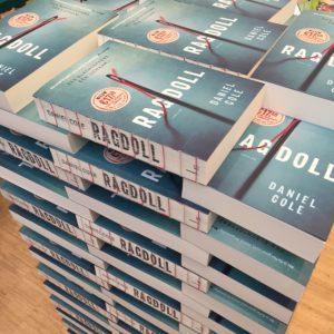 Ragdoll - Daniel Cole boekenstapel