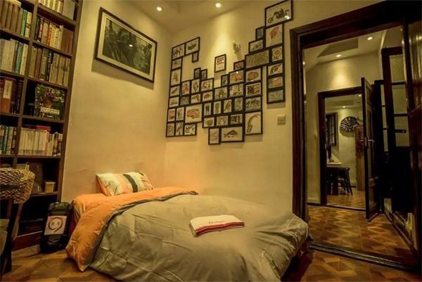 Podwójne łóżko w księgarni w mieście Wuhan.