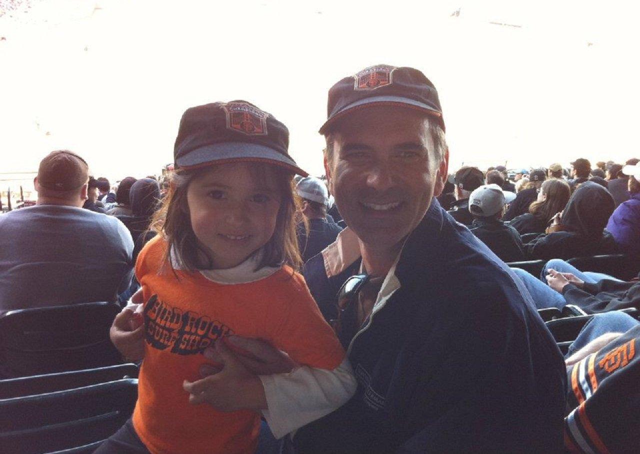 Джо Пета с дочерью на бейсболе