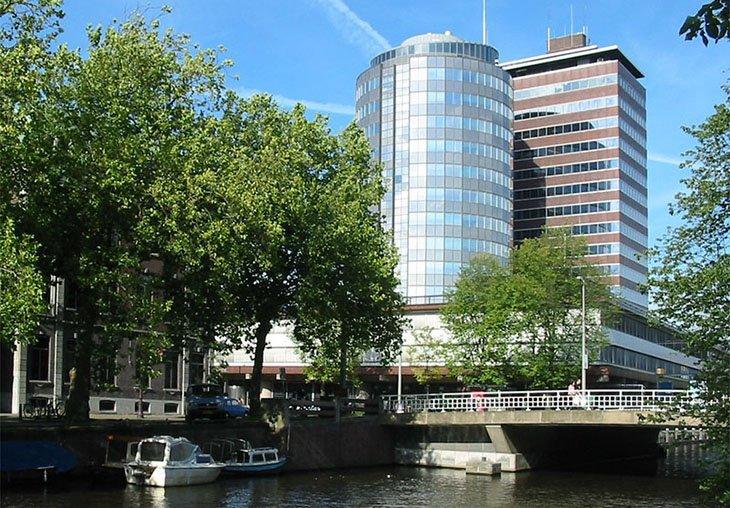 Штаб-квартира DNB знаходиться в Амстердамі