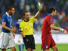 Арбитр Джанейт Чакыр, показавший желтую карточку голкиперу Италии Джанлуиджи Буффону, будет судить встречу Испании с Португалией