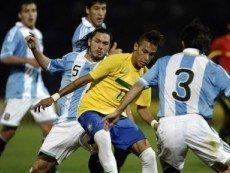 Эпизод матча между сборными Аргентины и Бразилии