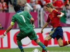 Вратарь сборной Италии Джанлуиджи Буффон и нападающий сборной Испании Фернандо Торрес