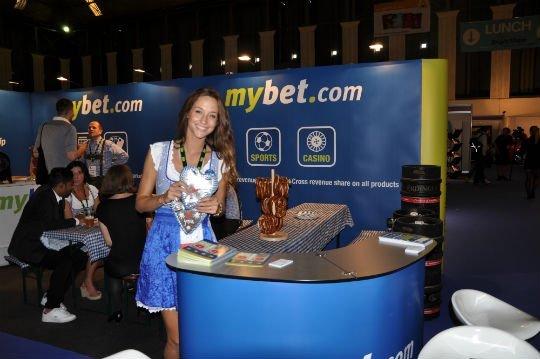 А модели MyBet зазывали к себе различным шедеврами кулинарии