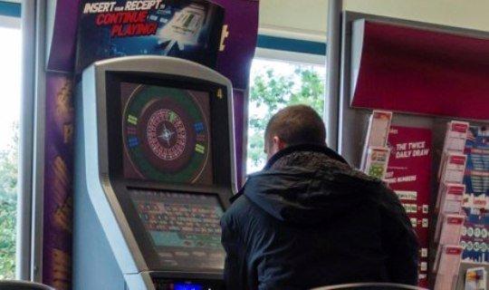 Наркодилер проигрывает небольшую часть денег, чтобы избежать подозрений