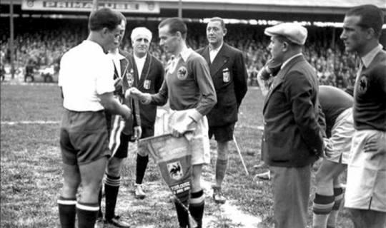 Капитаны Кубы и Румынии во время торжественного обмена вымпелами перед матчем