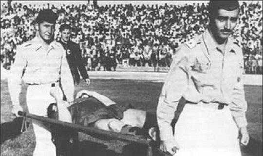 Эдуард Дубинский на носилках во время матча с Югославией