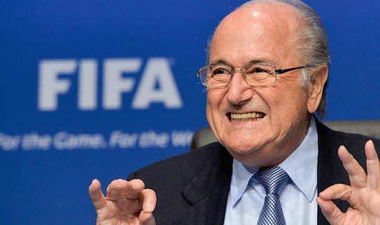 Мутные дела постоянно окружают Блаттера, но он умудряется держаться в президентском кресле ФИФА уже 16 лет