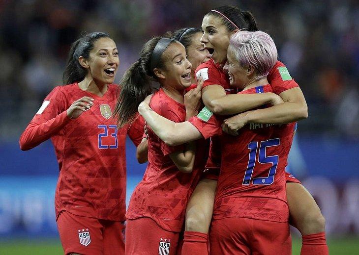 Общая зарплата всех 1693 женщин-футболисток из 7 ведущих мировых лиг женского футбола - 42,6 млн долларов