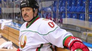 Александр Лукашенко: Живу той жизнью, что и раньше. С хоккеистами жмем руки, обнимаемся, колошматим друг друга