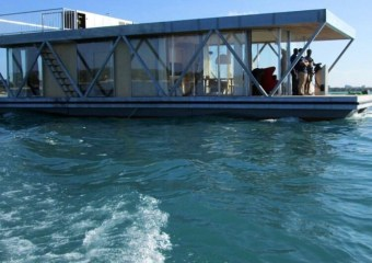 The Floatwing Houseboat by Friday (gofriday.eu)