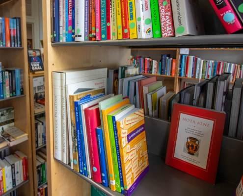 Goed gevulde winkel van Books 4 Life Utrecht met tweedehands boeken