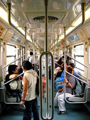 vagon de metro con personas de pie