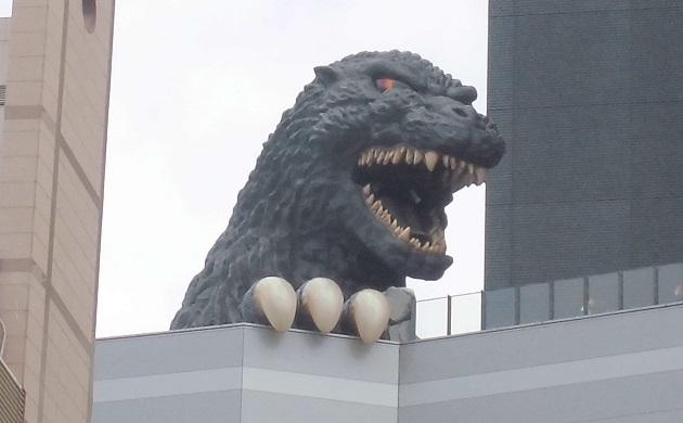 TOHOシネマズ新宿を外から(顔をのぞかせるゴジラ)