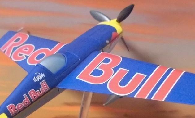 飛んでいる飛行機(レッドブルエアレースのミニチュア)