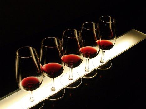 CATA DE VINOS Un clásico puede ser la organización de una cata de vinos a su elección, de forma particular para los empleados de su empresa, grupo de amigos, etc.