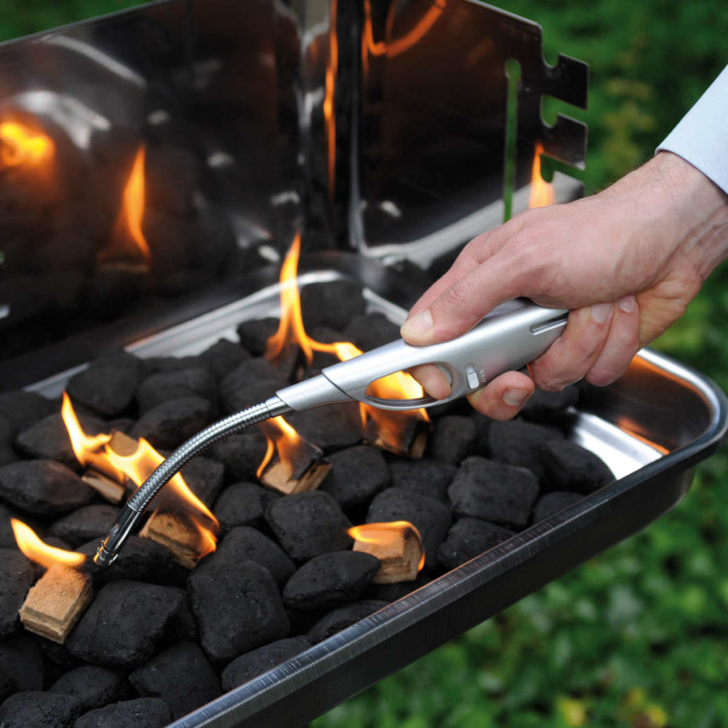 grill kamin anzünden | grillen kohle stock photos and grillen kohle