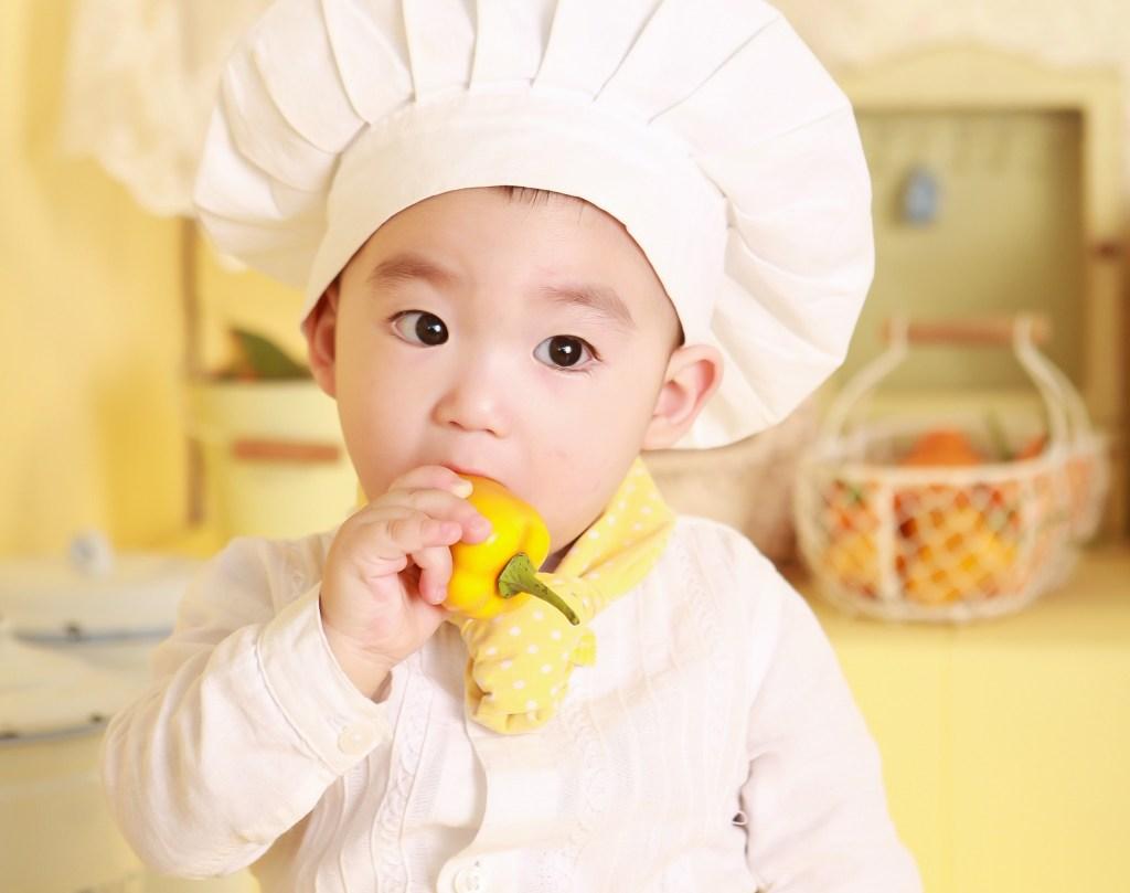 Healthy eating | Child eating vegetables