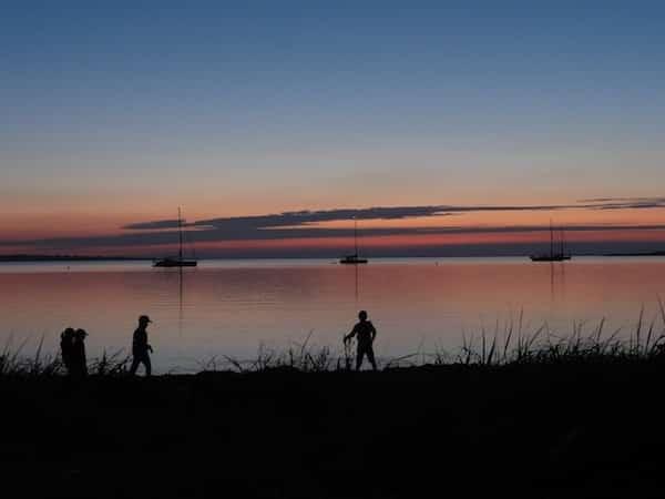 Spät am Abend noch buddeln am Strand, und danach mit dem Dinghy zum Boot vor Anker: Abenteuer für Kinder!