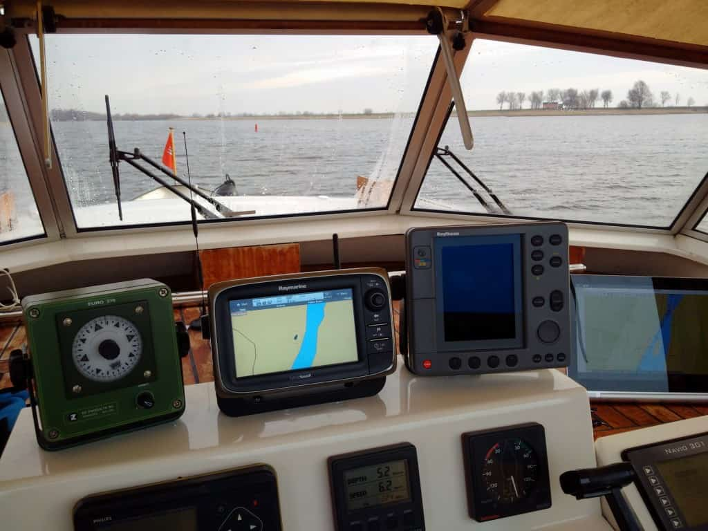 Instrumente am Außensteuerstand: Autopilot, Raymarine-Plotter, Raytheon Radar, Bildschirm für PC-Navigation