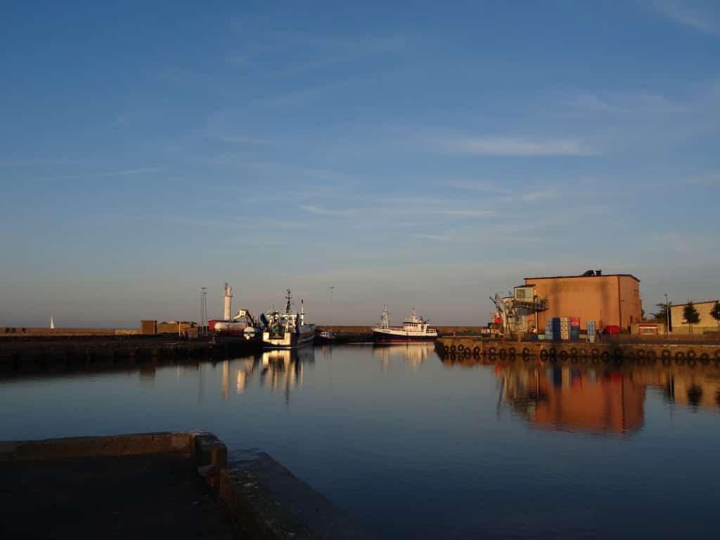 Warmes Sonnenlicht im Hafen