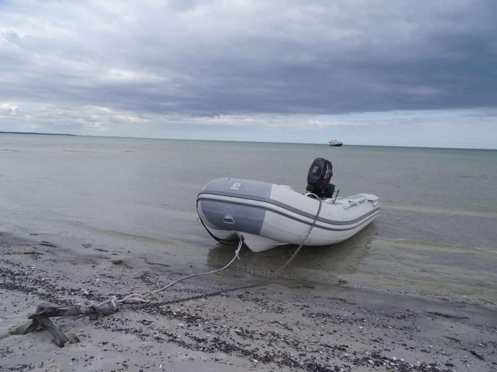 Zodiac Schlauchboot am Strand