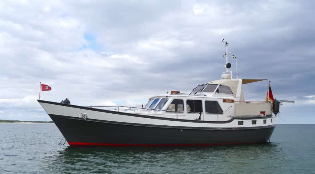 Motorboot Erfahrung mit der MV JULIUS, hier vor Anker bei Falsterbo, Schweden
