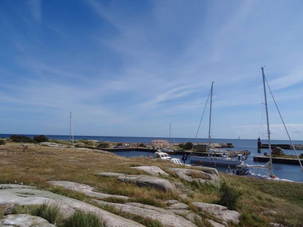 Rund um den Hafen nur einige Felsen
