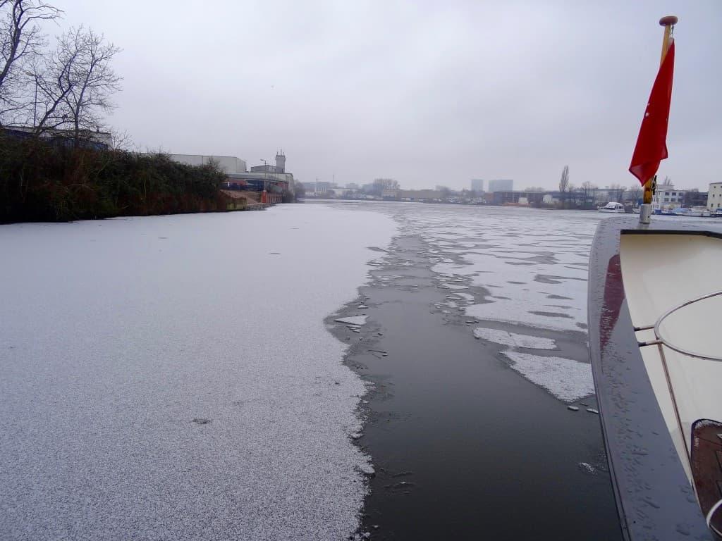 Therapie gegen Landkrankheit: Ein Törn im Januar durch das Eis.