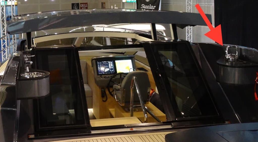 Minimalistische Bedienkonsole außen - nur für Hafenmanöver geeignet