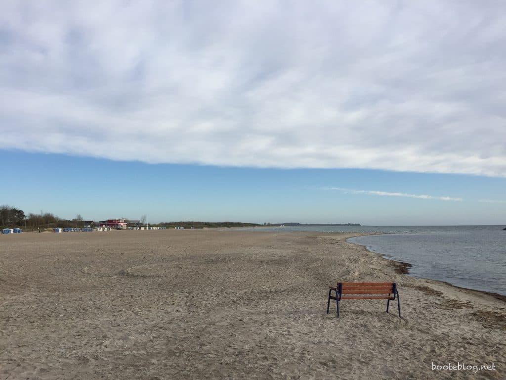 Eine einsame Bank am Strand.