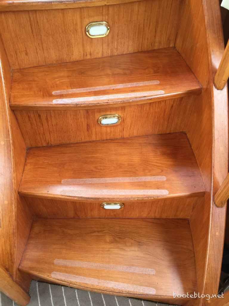 Antirutsch Streifen auf der Treppe vom Achterdeck zum Salon vom Boot