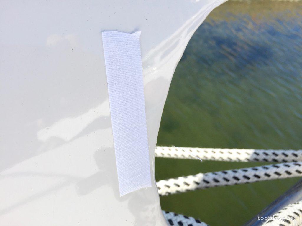 Klettband zur Fixierung der Kunststoff-Platten. Der Kleber hält überraschend zuverlässig!