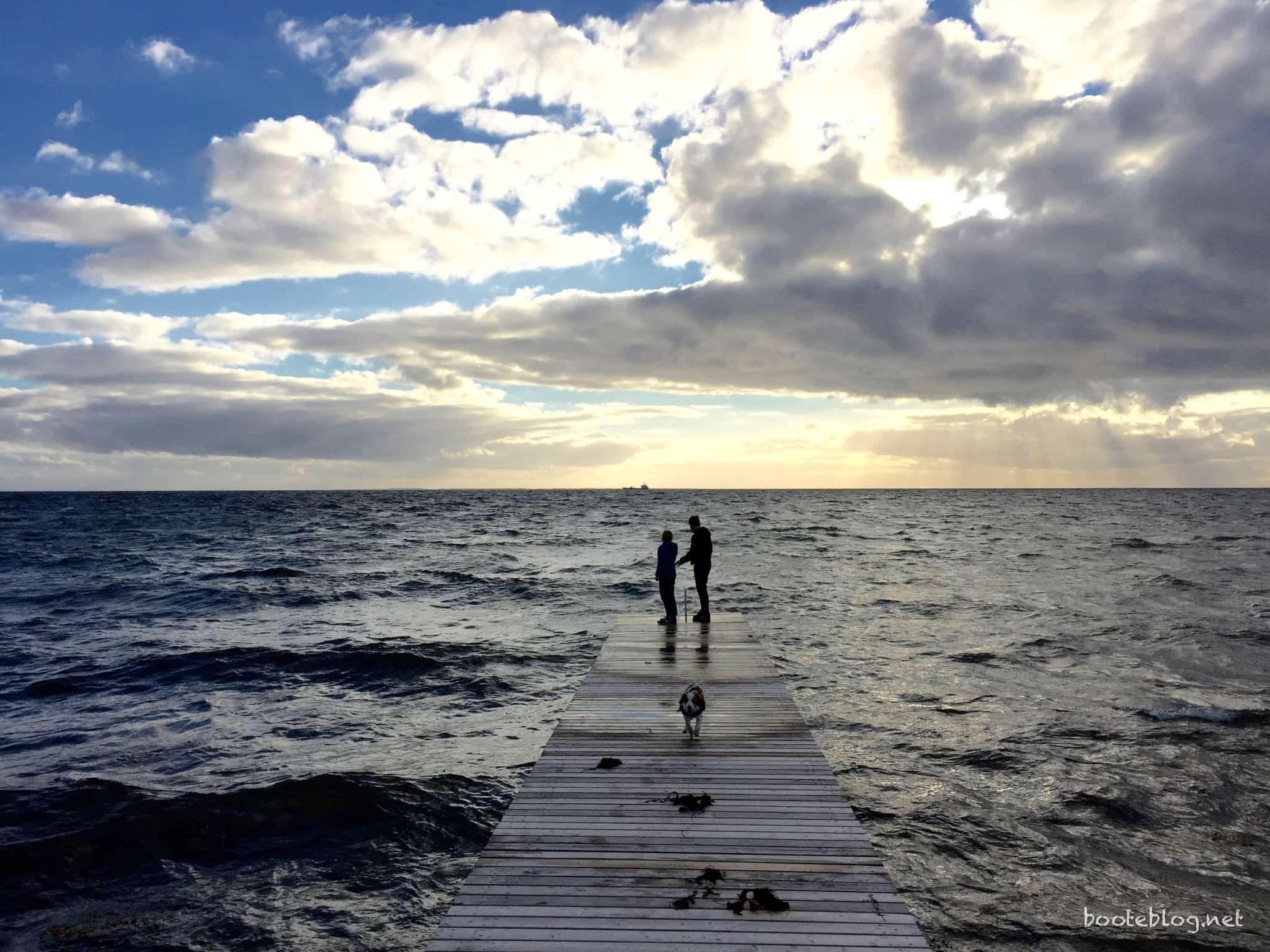 Ein Badesteg an der Steilküste bei Kolby Kås.