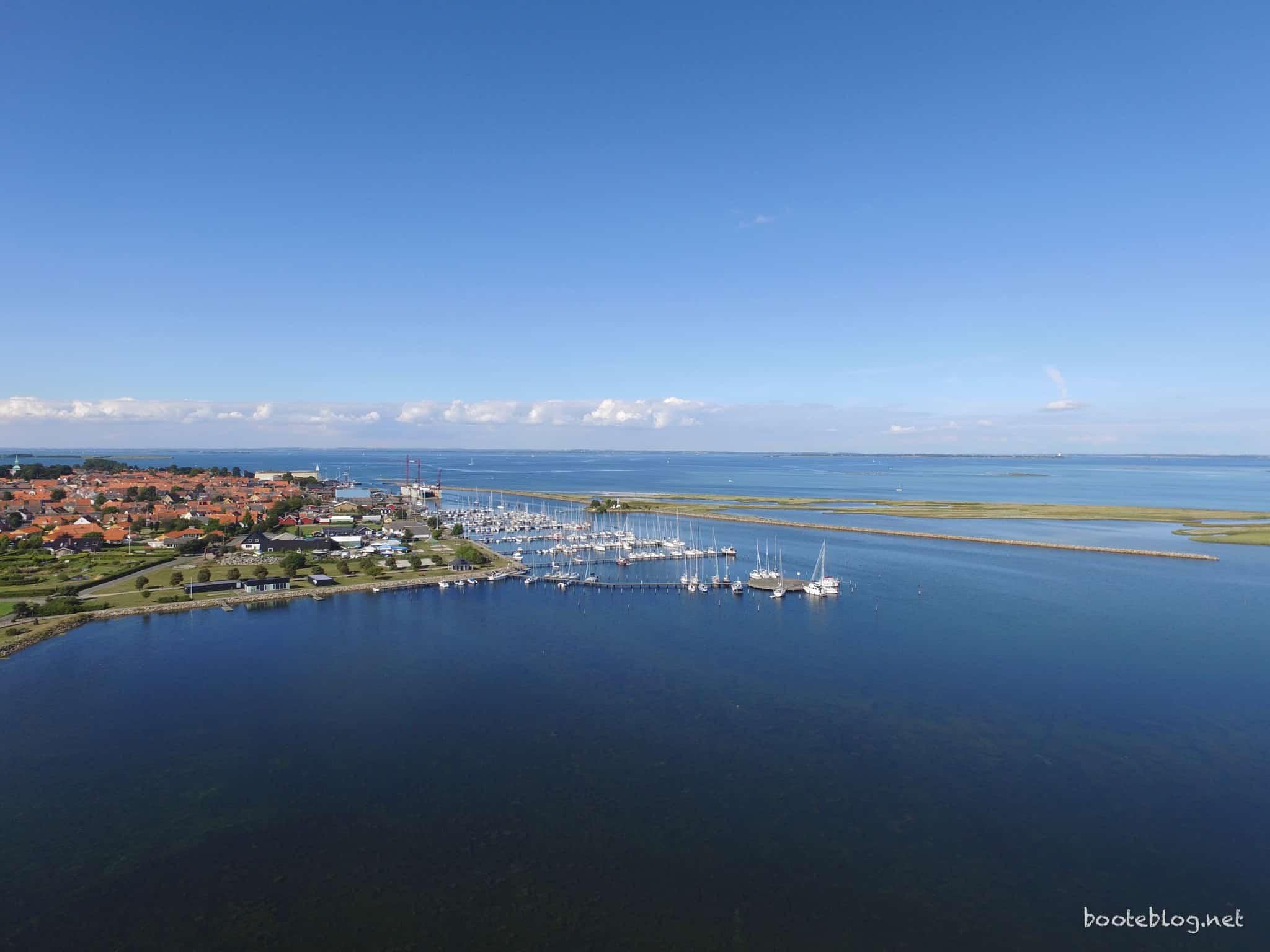 Marstal aus der Luft, der Yachthafen im Vordergrund, dahinter die Werft und der Ausgang zur dänischen Südsee.