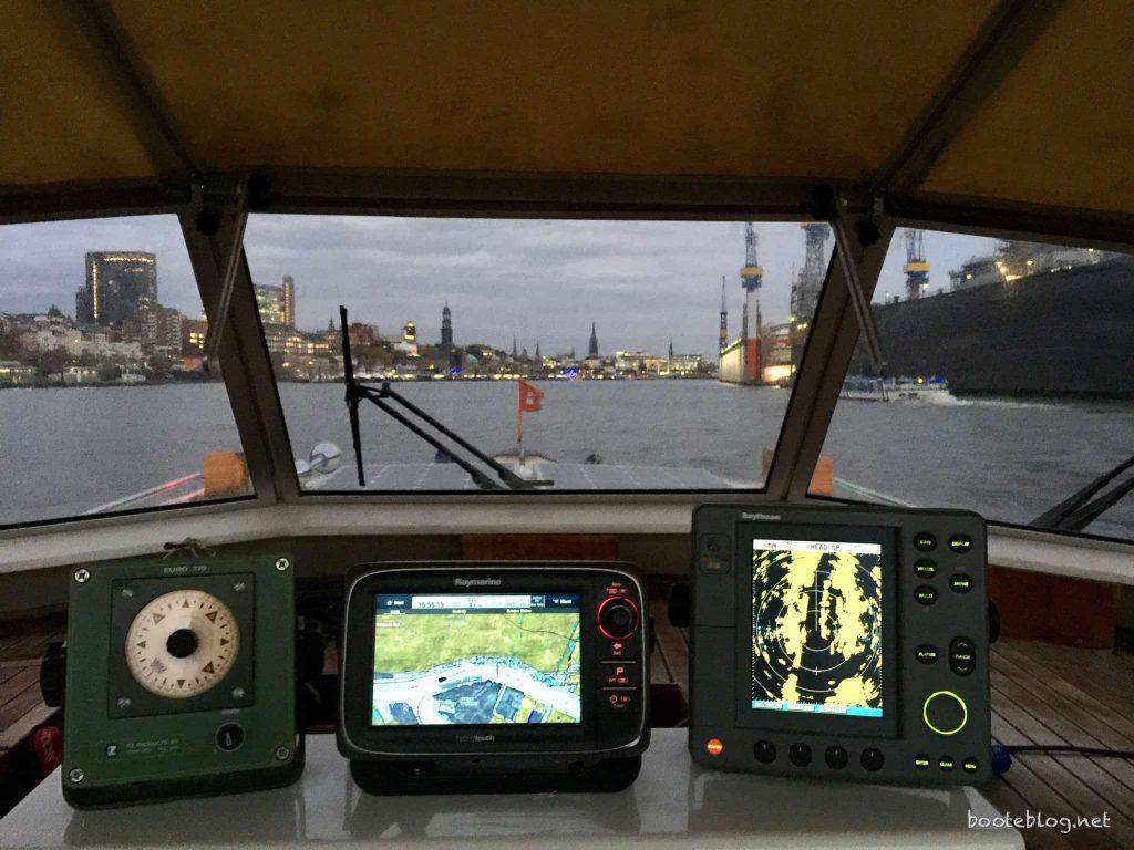 Am Dock von Blohm & Voss. Die Displays der Instrumente musste ich schon herunterregeln.