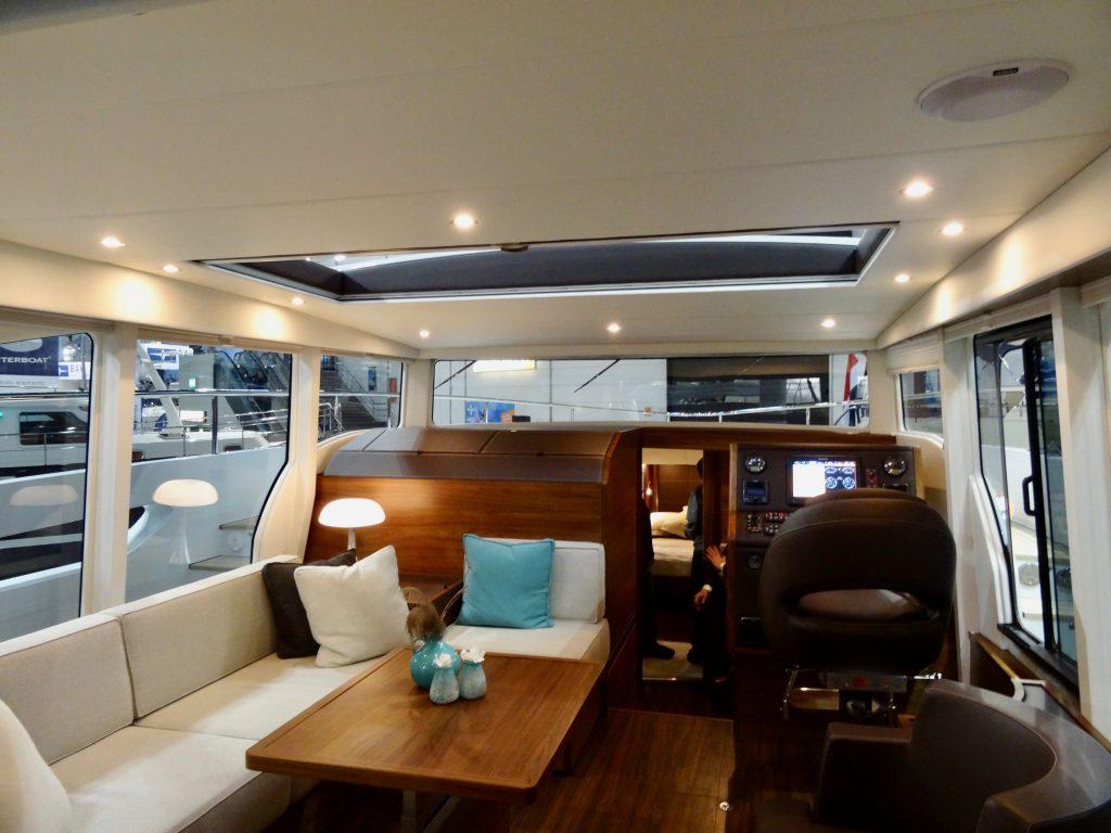 Richtig große Fenster und ein relativ kleiner Fahrstand. Reicht zum Buchten-Hopping.