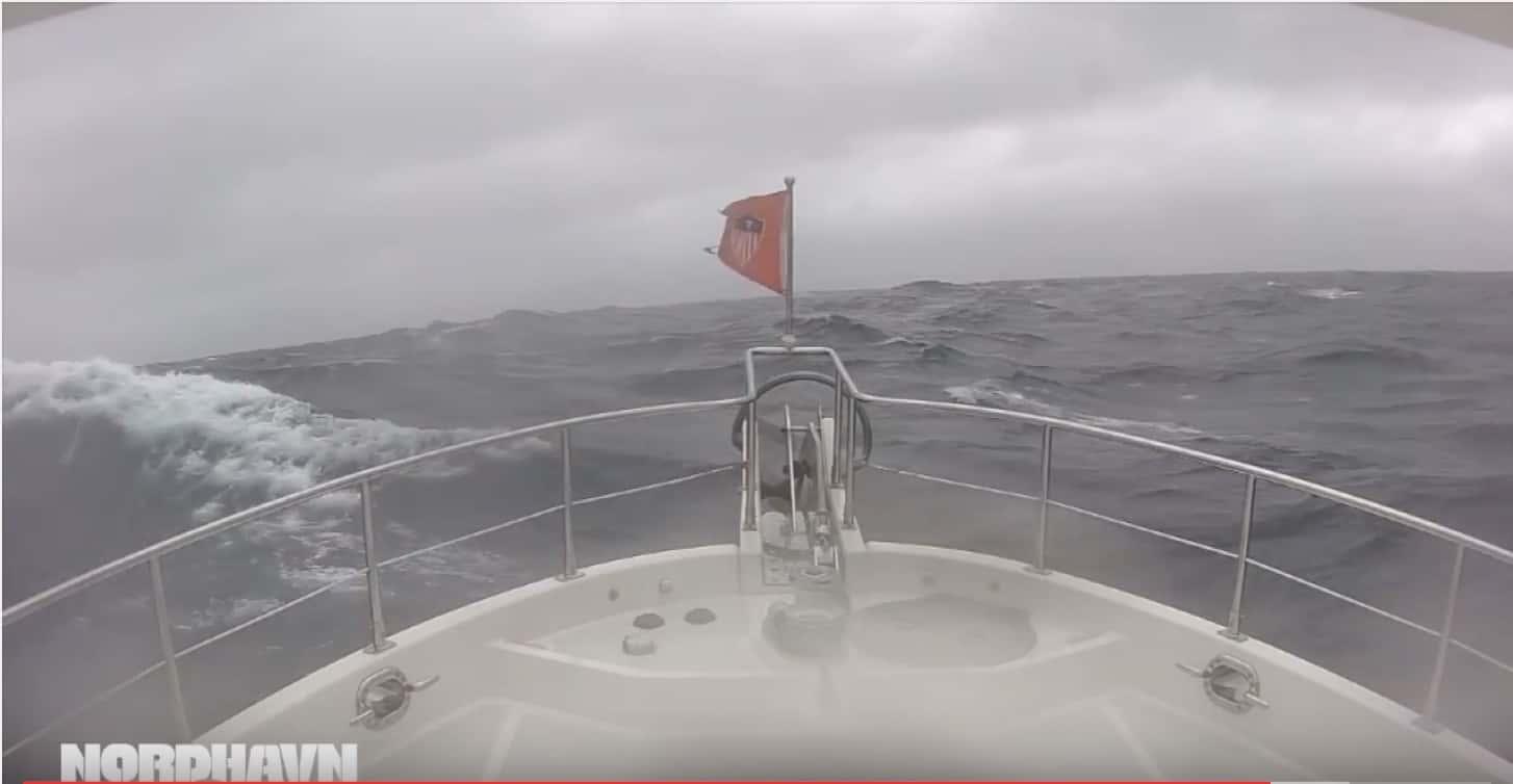 Schweres Wetter auf dem Nordatlantik auf dem Weg nach Irland