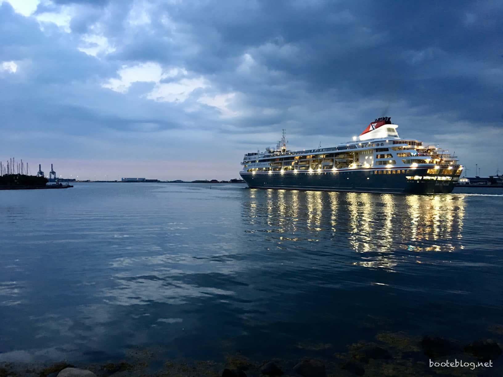 Das Kreuzfahrtschiff BRAEMAR läuft am Abend aus Kopenhagen aus.