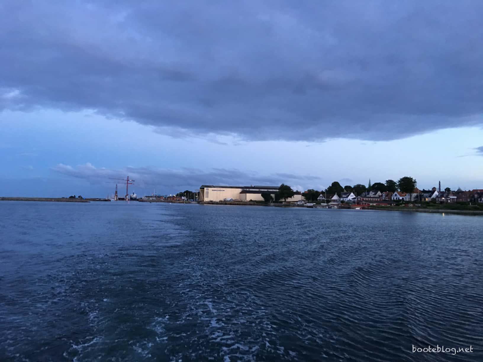 Das abendliche Marstal im Kielwasser.
