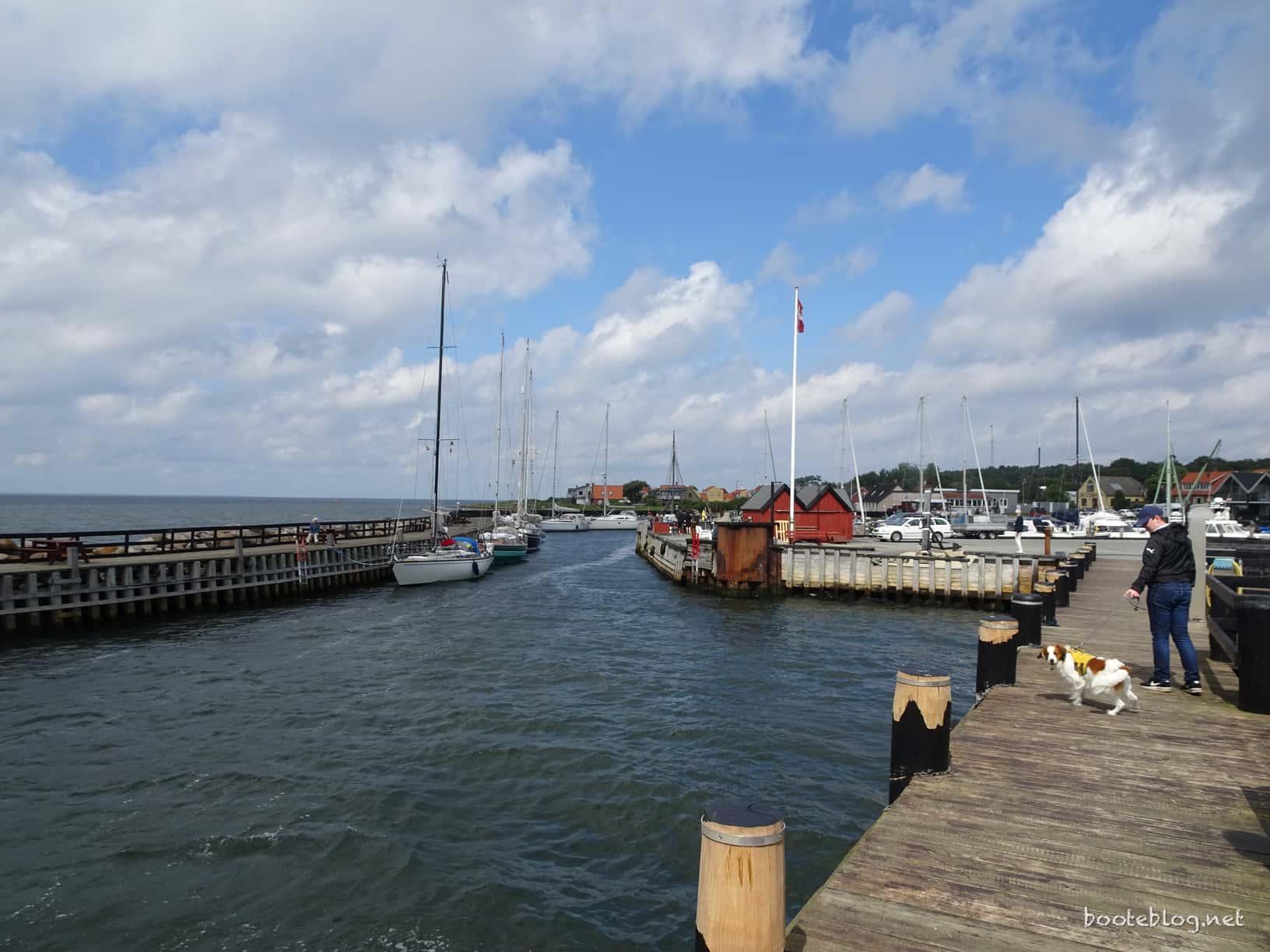 Der Hafen ist gut belegt, selbst in der Einfahrt liegen Boote.