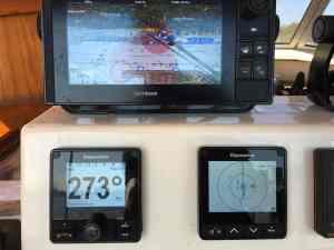 Raymarine p70Rs Autopilot Bedieneinheit (links), rechts daneben ein i70 als AIS Monitor und darüber einer der es98 Plotter.