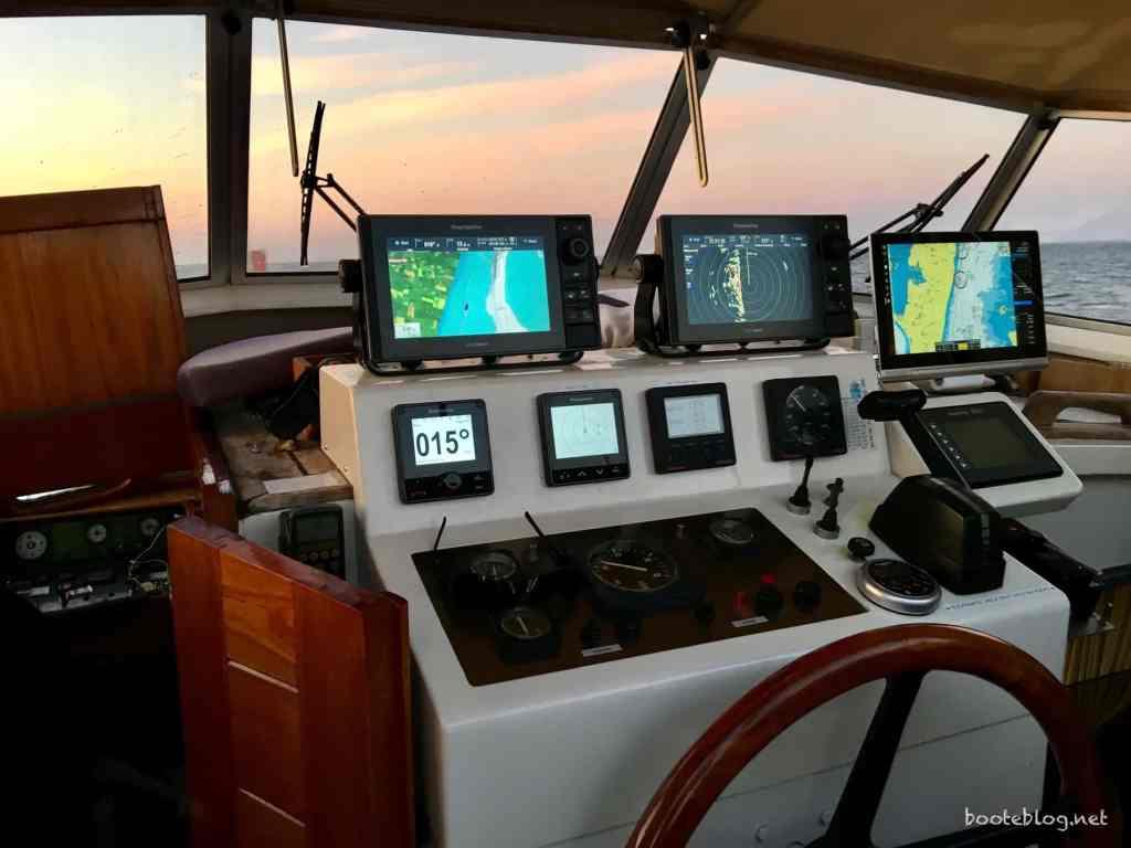 Meine Brücke am späten Abend unter Landschutz von Langeland: Navionics-Karte, Radar, NV-Charts Karte.